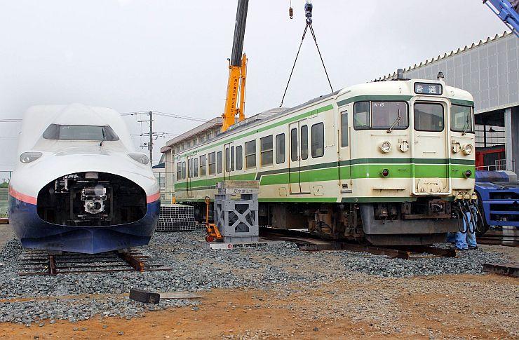 2階建て新幹線「E4系」の隣に設置された「115系」車両(右)=25日、新潟市秋葉区新津東町2の新津鉄道資料館