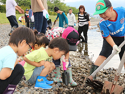 諏訪湖の岸辺で水遊びしたい ボランティアグループが遊び場作り