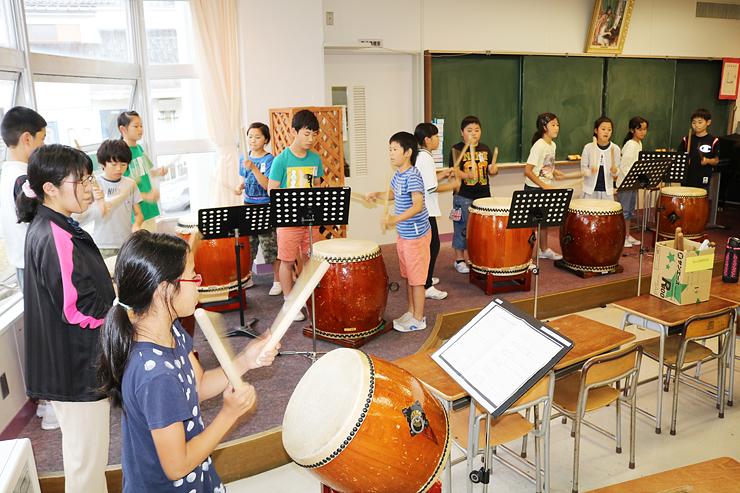 だらまつり出演に向け和太鼓の練習に取り組む児童=四方小学校