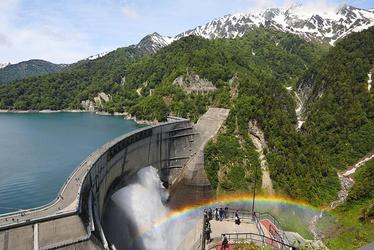 観光放水が始まった黒部ダム。迫力の水煙に鮮やかな虹が懸かった=26日午前10時半ごろ、立山町芦峅寺(写真部部長デスク・垣地信治)