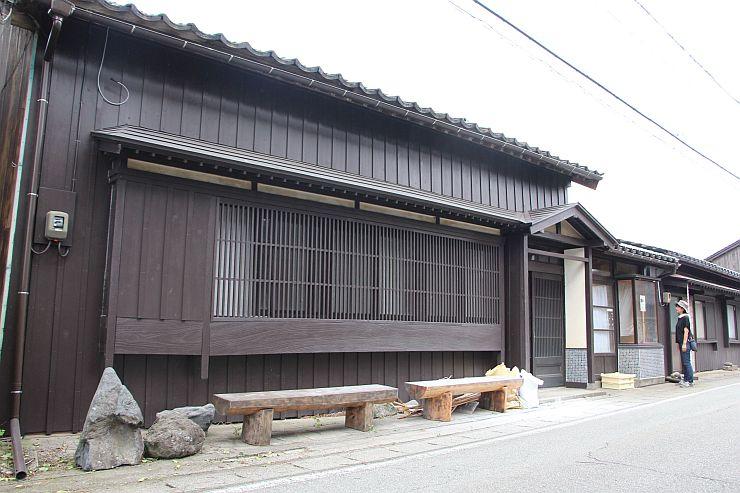 古民家を活用した宿泊施設「ぐるり竹とたらい湯の宿カネモ」=佐渡市松ケ崎