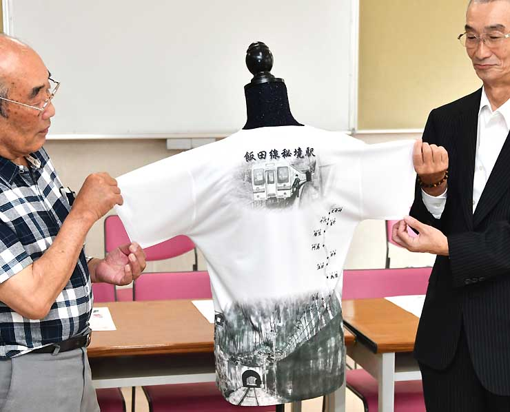 JR飯田線沿線の風景が描かれたTシャツの背面