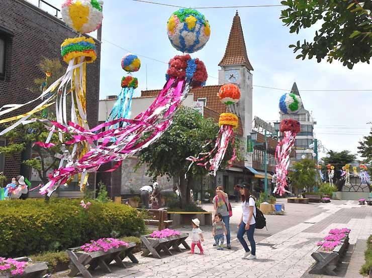 大きな七夕飾りが風になびく佐久市の中込商店街