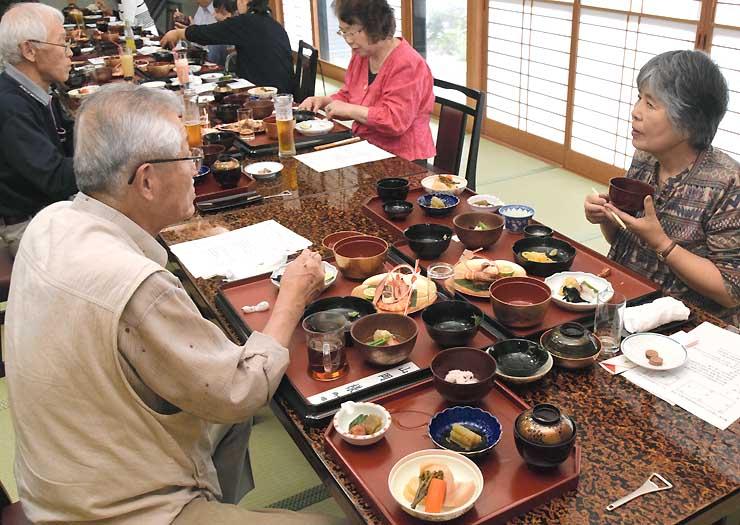 婚礼料理を味わう参加者。江戸時代に思いを巡らせた