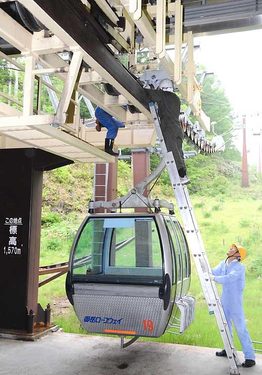 運行再開に向け、ゴンドラリフトのワイヤをつかむ握索機を点検する従業員=28日、木曽町三岳