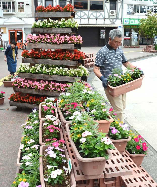 白馬駅前ロータリーに飾り付けられたプランター。色とりどりの花で人々を迎える
