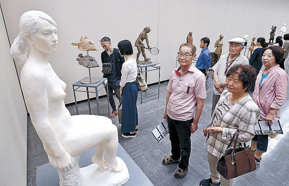 細部まで作り込まれた作品を鑑賞する来場者=金沢市の石川県立美術館