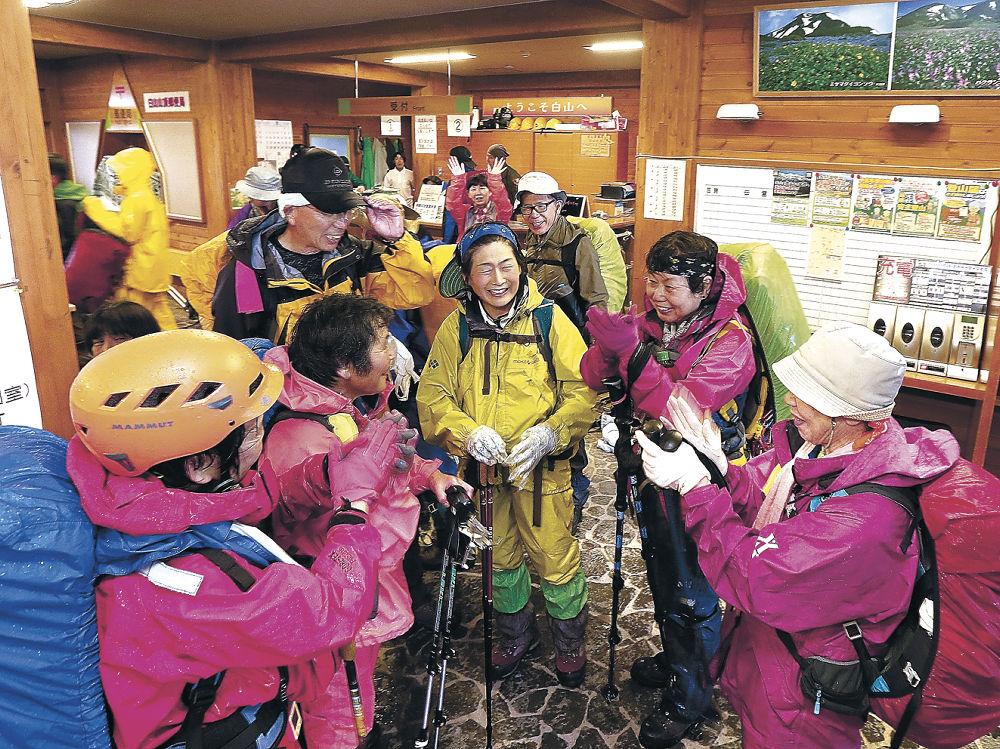 室堂に到着し再会を喜び合う登山者=白山室堂ビジターセンター