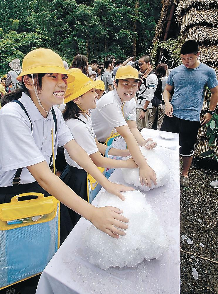雪氷に触れて歓声を上げる児童=金沢市湯涌温泉
