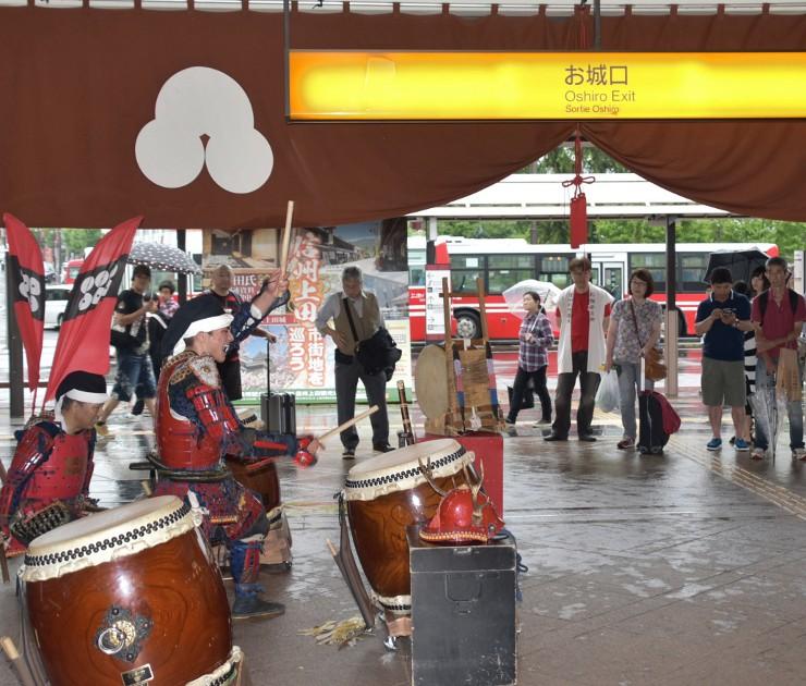 上田駅で観光客らを和太鼓の演奏で出迎える信州上田真田陣太鼓保存会