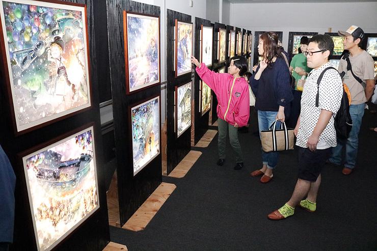 開幕し家族連れでにぎわう「親子でたのしむえんとつ町のプペル展」=富山市大庄地区コミュニティセンター