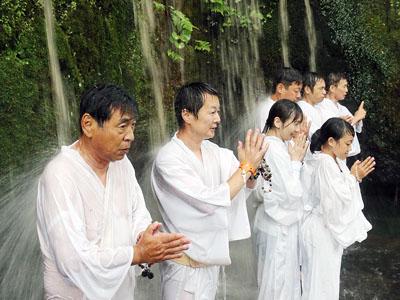上市・大岩山日石寺で滝開き 息災願い心身清める