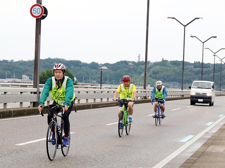 コースを走る日本陸上競技連盟の検定員=富山北大橋