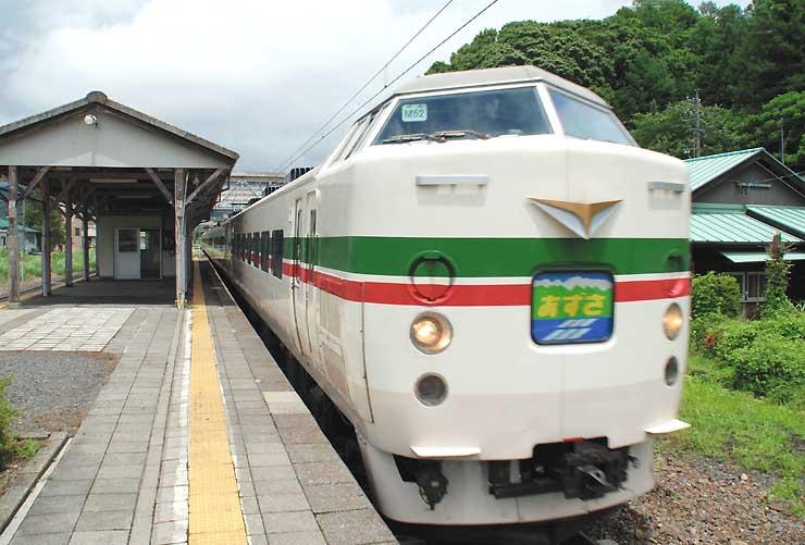 辰野駅回りで南木曽駅に向かう途中、岡谷市の川岸駅を通過する「木曽あずさ号」