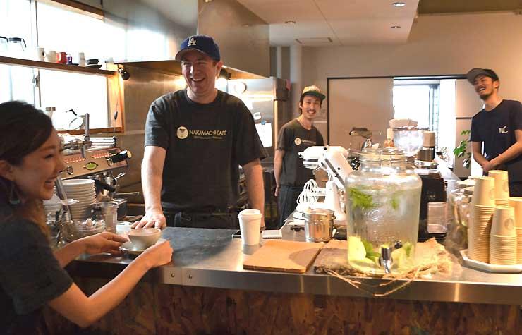 スタッフと談笑するオーストラリア出身のアンソニー・ハットリーさん(左から2人目)