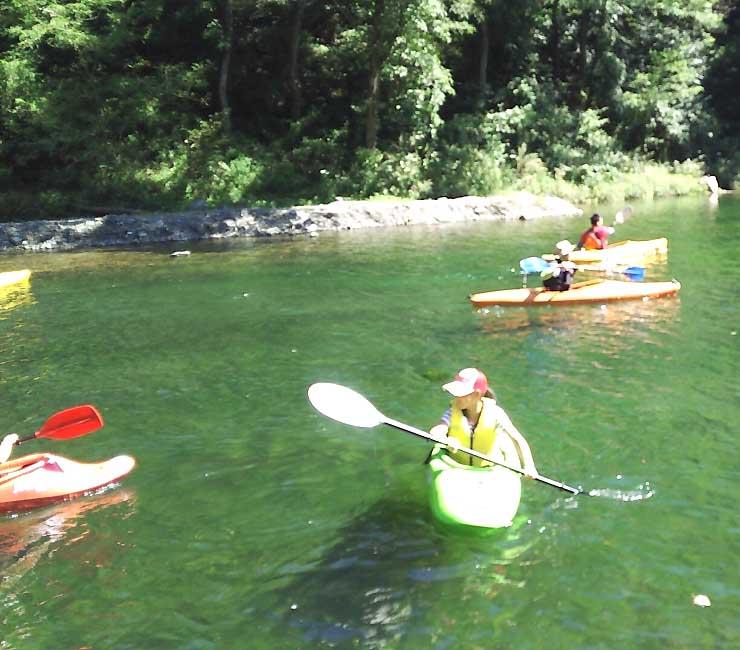 昨年9月に初めて開かれた「芝フェス」でカヌーを楽しむ人たち