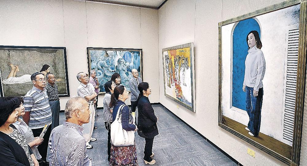 地元作家の力作を鑑賞する来場者=金沢市の石川県立美術館