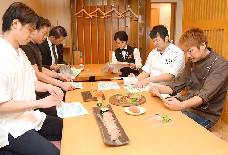 試作料理を並べ報告し合う海野代表(右から2人目)ら