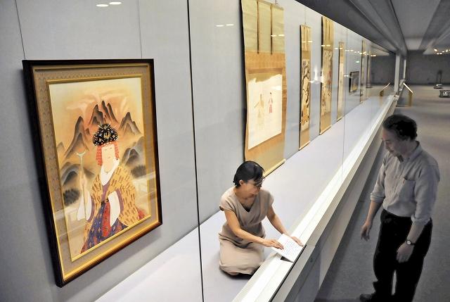 「院展の巨匠たち 夢の競演」のコーナーで、展示の準備をする学芸員=6日、福井市の福井県立美術館