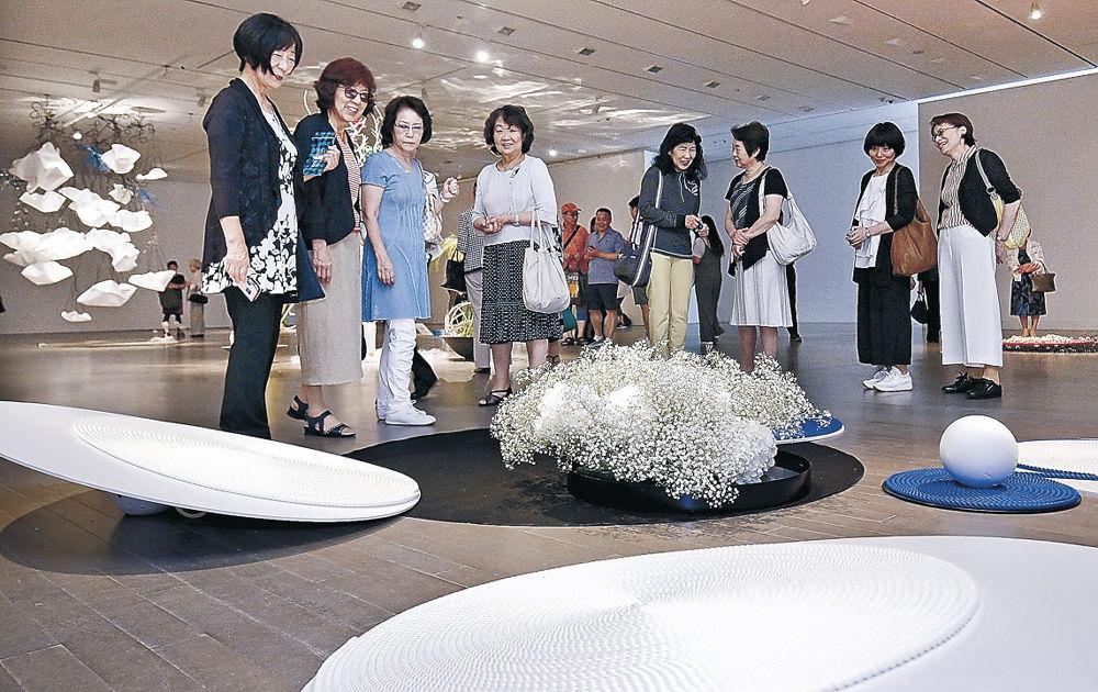「まる」をテーマにした造形美に目を凝らす来場者=金沢21世紀美術館