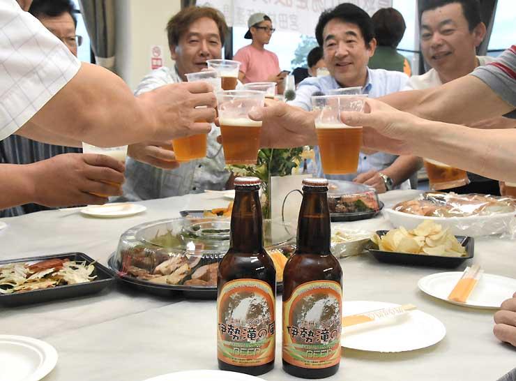 「伊勢滝の風」で乾杯する参加者たち
