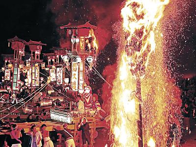 キリコ、炎に舞う 能登・宇出津であばれ祭が開幕