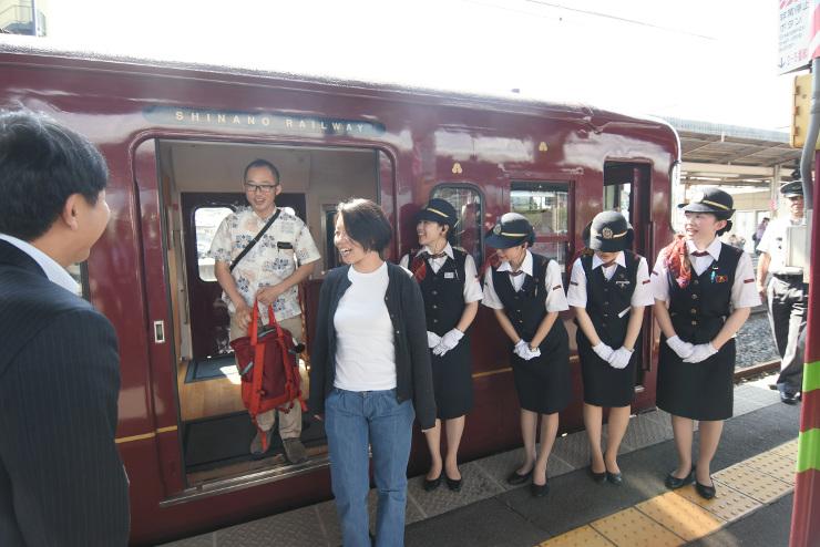塩尻駅に降り立つ「ろくもん」の乗客。ホームではおいしいワインが待っていた