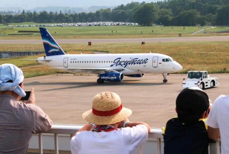 県内のツアー客を乗せ、松本空港からロシア極東へ向かうヤクーツク航空のジェット機=8日