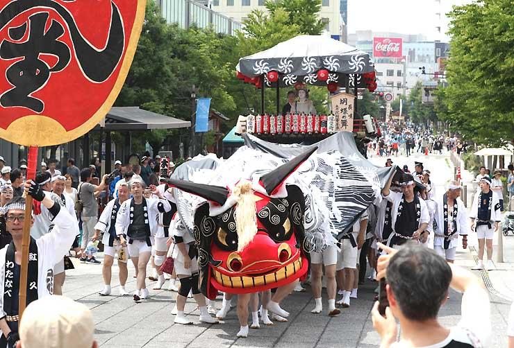 勇壮な獅子舞や屋台が市街地を巡行した「ながの祇園祭」=9日、長野市の中央通り