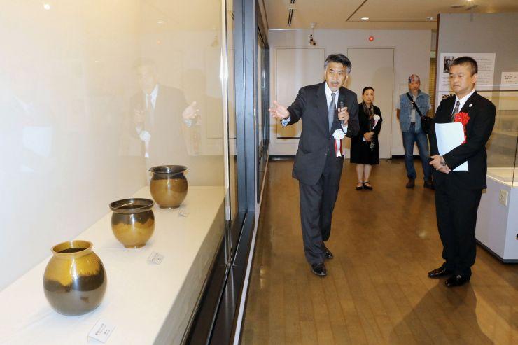 佐渡にゆかりのある4人の人間国宝の作品を集めた展覧会=7日、佐渡市八幡の佐渡博物館