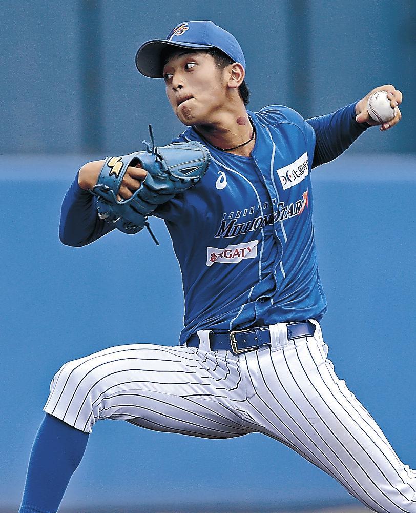 初勝利を挙げた石川の岩本=金沢市民野球場