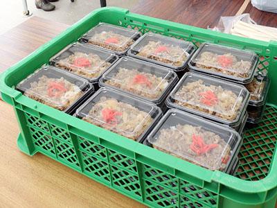 「権次郎牛丼」に長い列 南砺で生誕120年祝うまつり