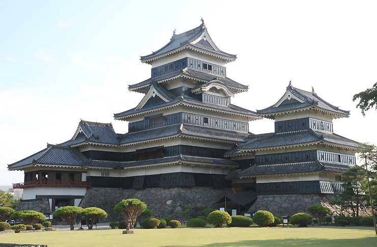 国宝松本城天守。うち乾小天守(右)は15日から公開を取りやめる=10日、松本市