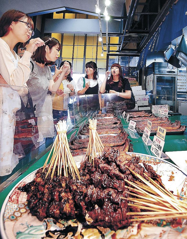 店頭に並んだドジョウのかば焼き=金沢市の近江町市場