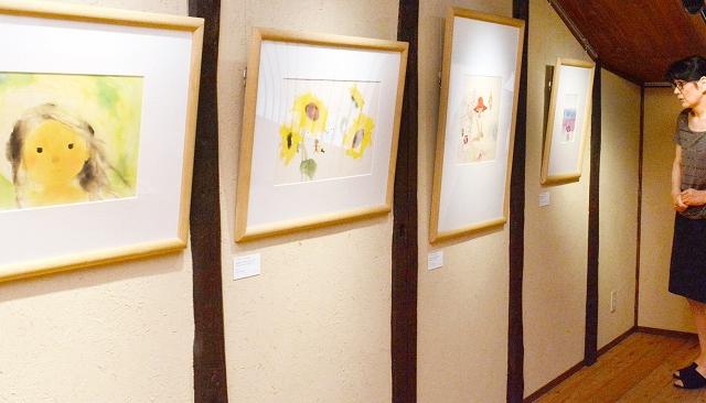 夏の子どもたちを描いた12点が並ぶ企画展=越前市天王町の「ちひろの生まれた家」記念館