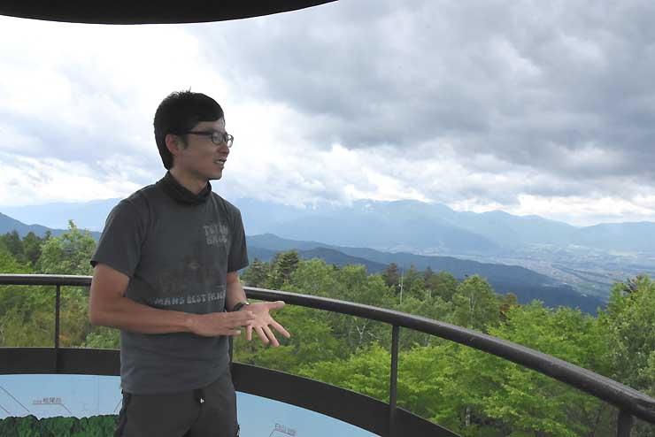 晴れていれば中央アルプスもきれいに見える鹿嶺高原キャンプ場で語る東松さん