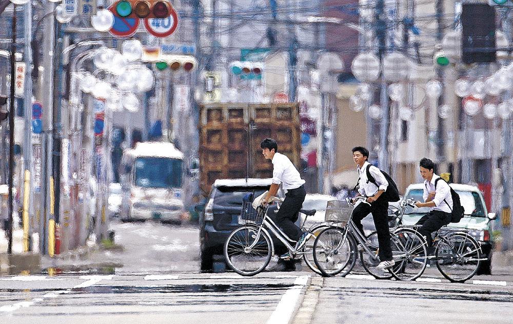 地表の熱で風景が揺らいで見える「陽炎」が発生した路上=金沢市内