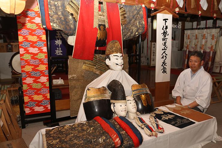 29年ぶりに公開される下伊勢町曳山の人形や衣装=伊勢玉神社