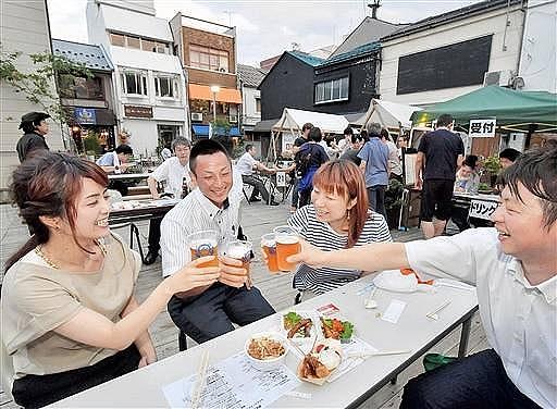 まちなかのビアガーデンを楽しむ参加者=14日、福井市中央1丁目の新栄テラス