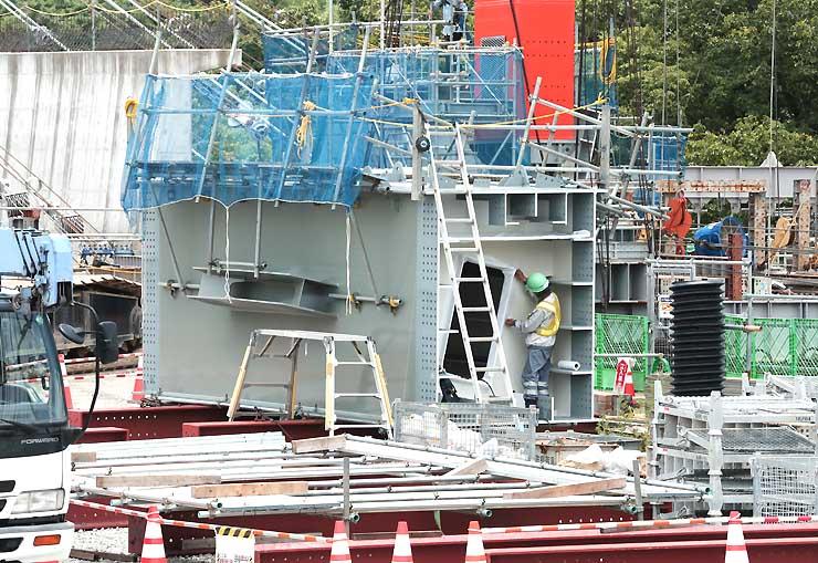 アーチを構成する鋼鉄製の部材。工場で製造し、鉄塔間に張ったワイヤで運んで組み立てる