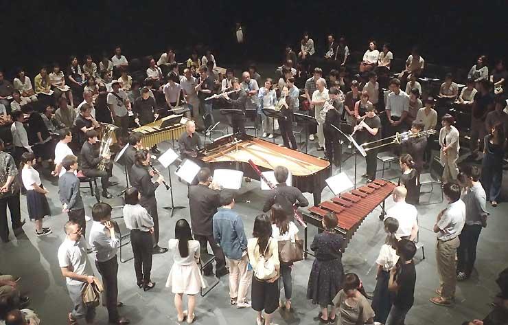 多くの聴衆が歩き回り、演奏者を間近に見つめた「Music Future in Nagano」=14日夜、長野市芸術館アクトスペース