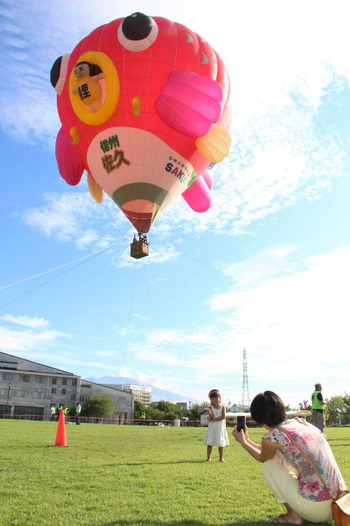 参加者が熱気球に乗ったり、一緒に写真を撮ったりして楽しんだ搭乗体験会