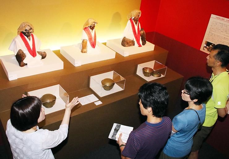 県指定文化財のうば尊坐像と黄銅製仏餉鉢が展示されたコーナー