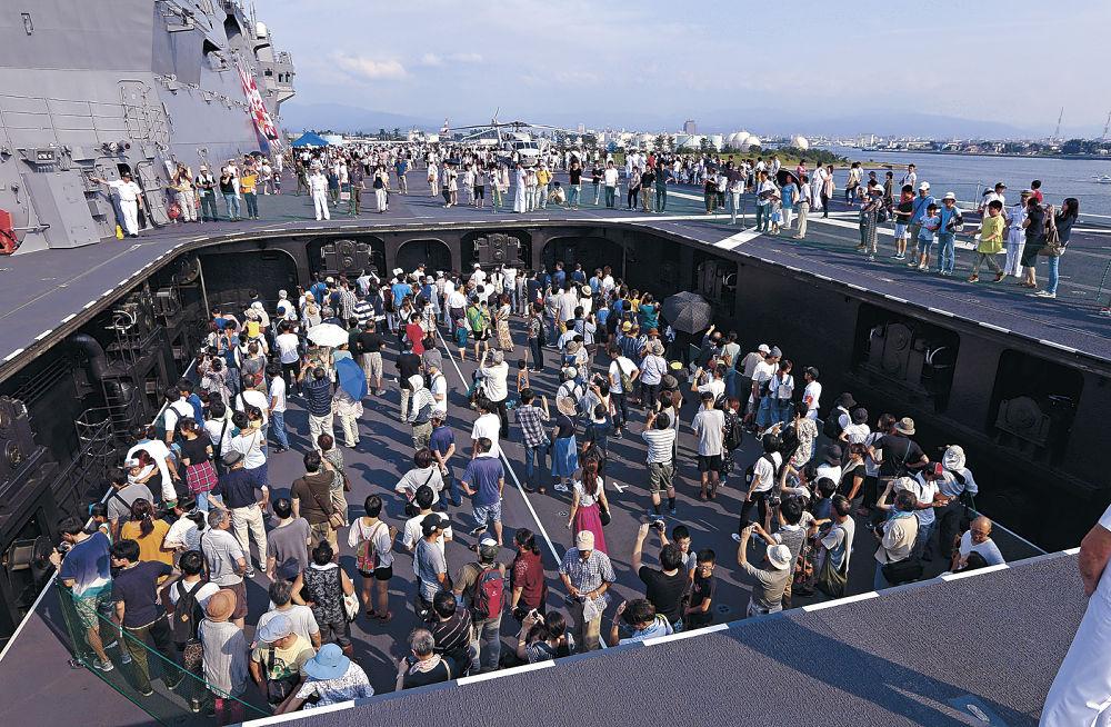 甲板と格納庫を行き来する昇降機に乗り、艦内を見学する人=金沢港