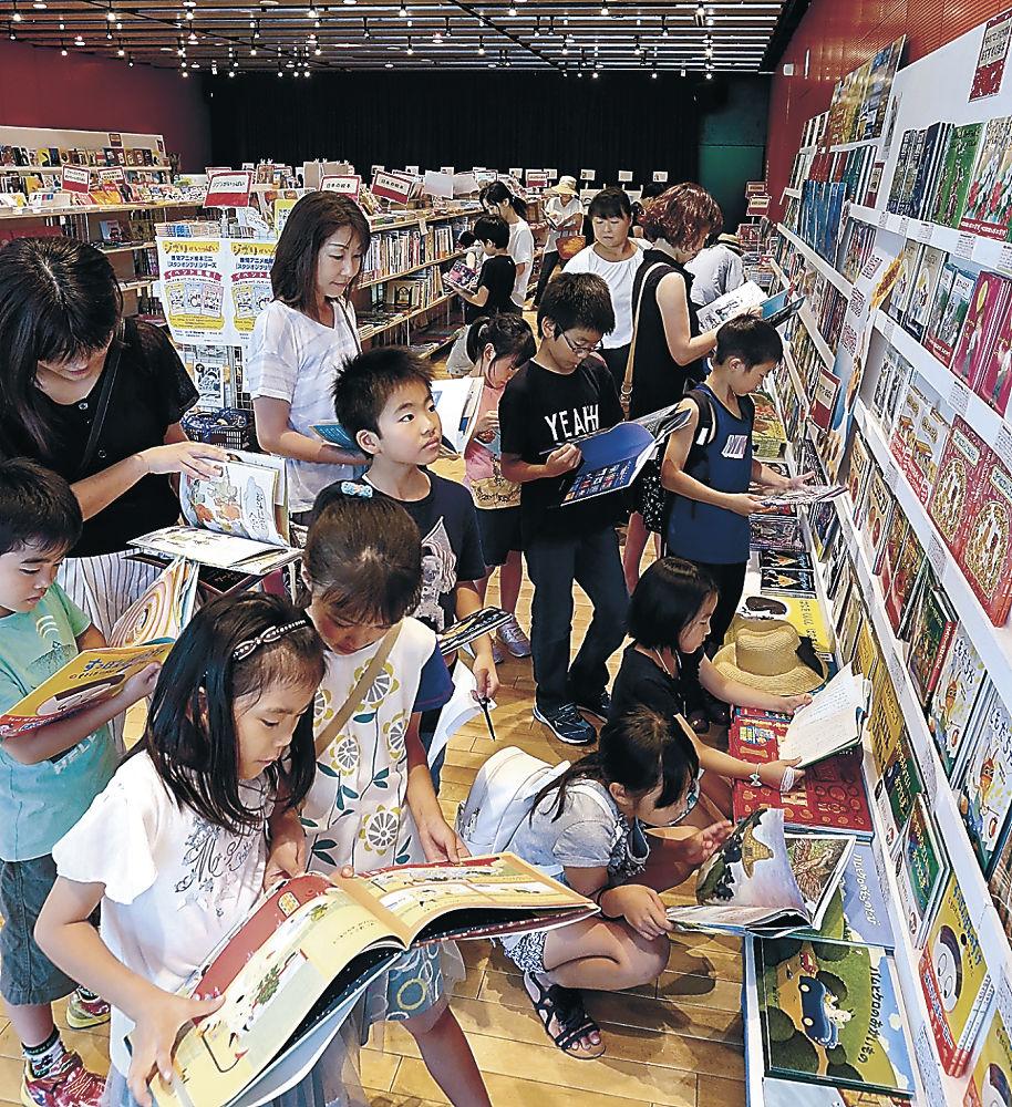 多彩な絵本に見入る子ども=北國新聞赤羽ホール