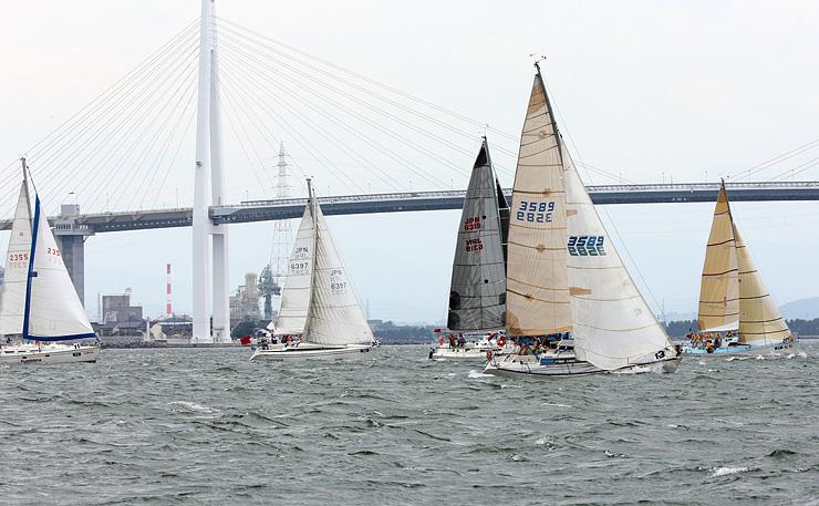 海風を帆に受け、富山湾を走るヨット=射水市新湊地域沖
