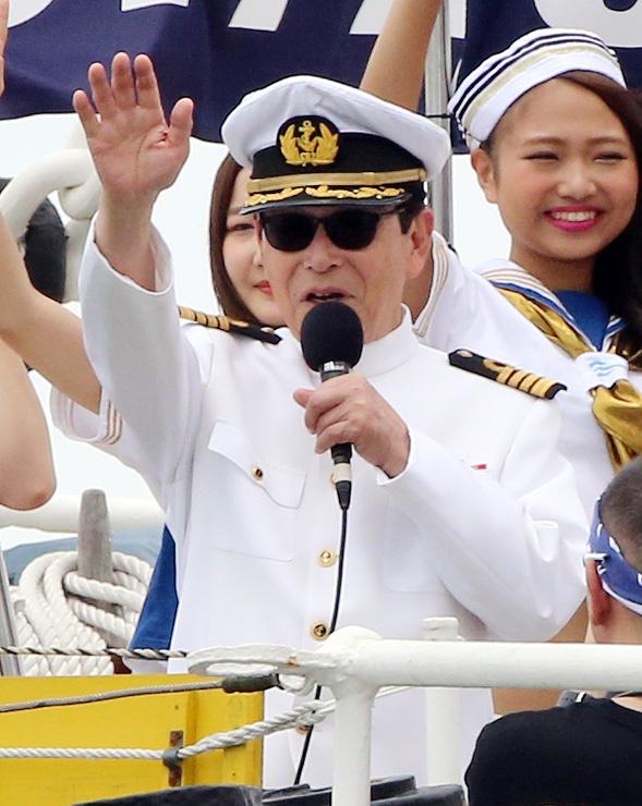 海上パレードに参加したヨットに、海王丸の上から手を振るタモリさん=海王丸パーク