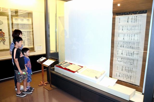 朝倉氏の家臣に関する資料が展示されている特別公開展=16日、福井市の県立一乗谷朝倉氏遺跡資料館