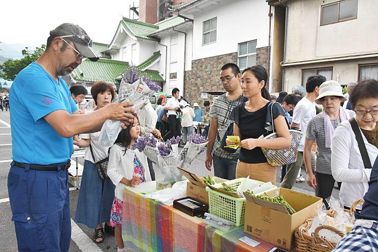 午前6時の販売開始と同時に多くの客でにぎわった上諏訪温泉朝市