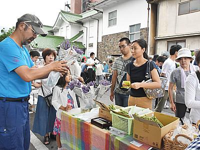 観光客ら新鮮野菜求め活気 上諏訪温泉朝市始まる